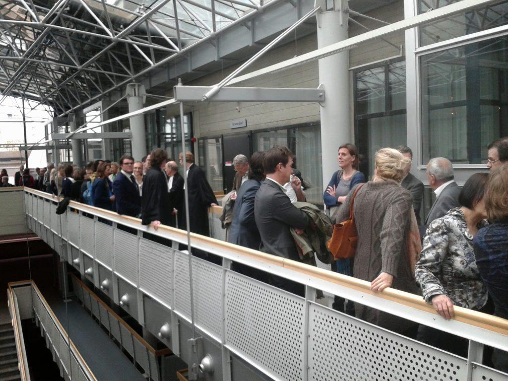 Schrijvers wachten op toegang tot de zaal in de Amsterdamse rechtbank