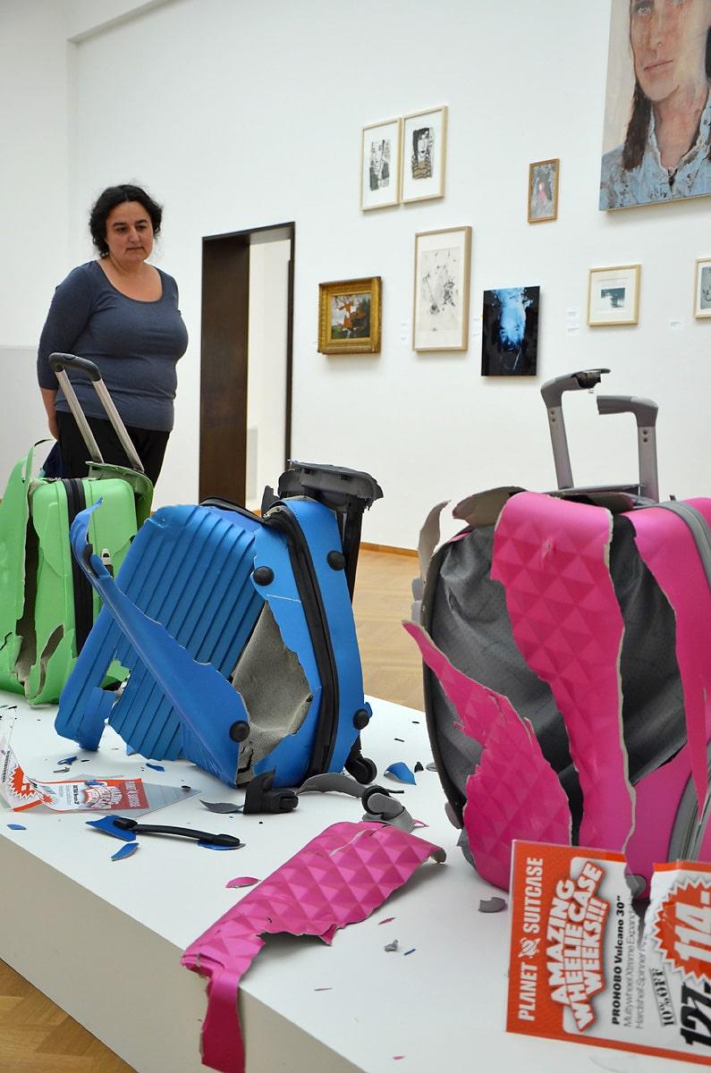 Nena Milinkovic bekijkt I don't want no wheelie case van Allard Boterenbrood (foto auteur)