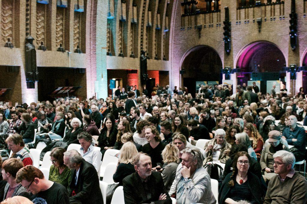 Het publiek was massaal toegestroomd, onder meer voor het openingsoptreden van PJ Harvey ©Marc Brester/AQM