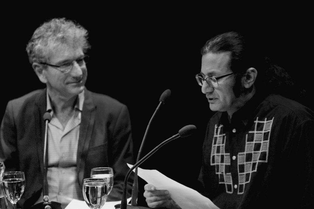 Dichter en schrijven Rodaan al Galidi las voor over zijn jarenlange verblijf in een asielzoekerscentrum. ©Marc Brester/AQM