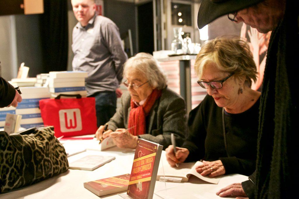 Slavenka Drakulic aan het signeren ©Marc Brester/AQM