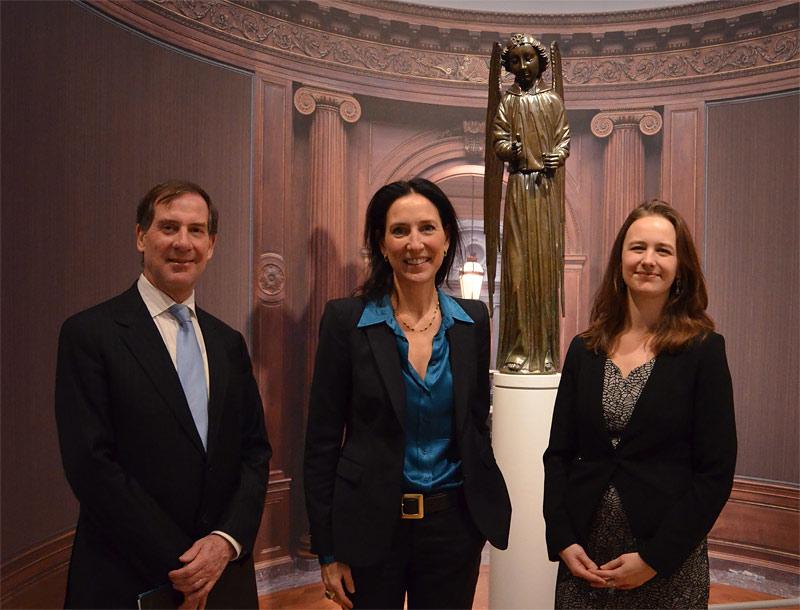 Ian Wardropper, Emilie Gordenker en Lea van der Vinde bij de Engel (1475) van Jean Barbet