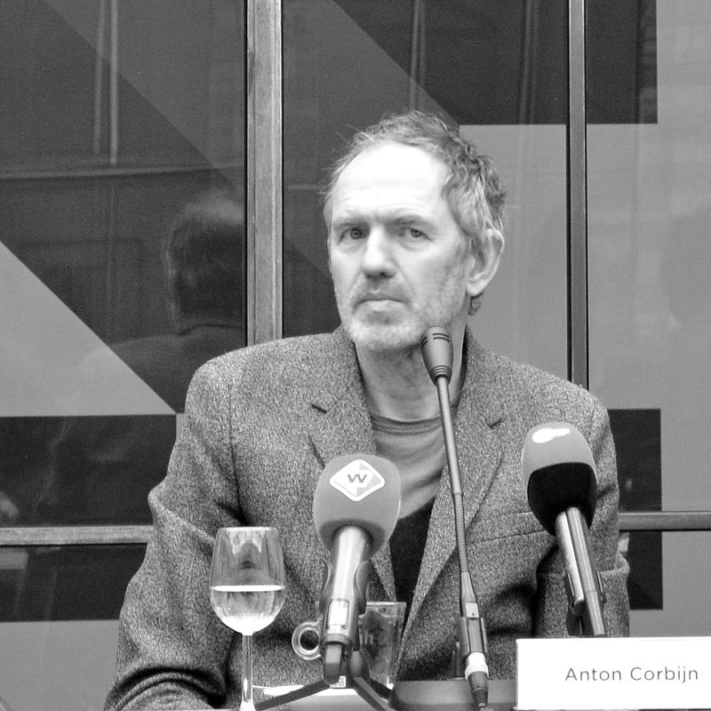 Corbijn in gesprek met journalisten (foto auteur)