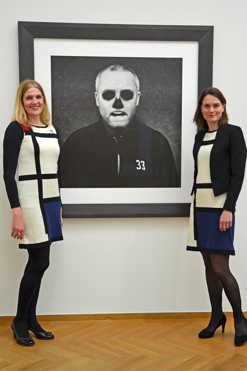 Gemeentemuseum plaatst Corbijn in traditie avant-gardekunst (Mondriaanjurken: Michael Barnaart van Bergen)