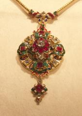 Een hanger met goud, robijnen, diamanten en email. Kunst of Kitsch?