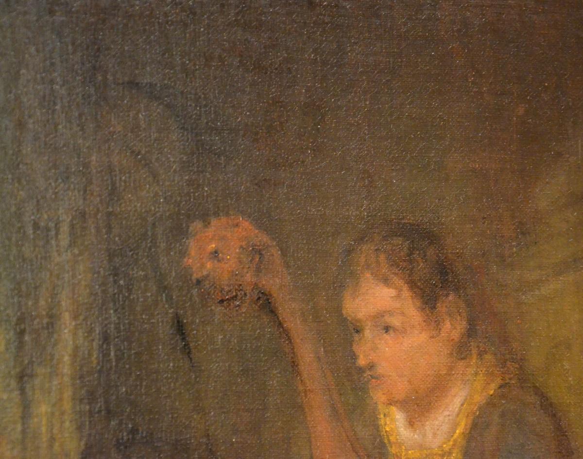 Linksboven de kop van de harp kijkt iemand om de hoek van het gordijn (foto auteur)