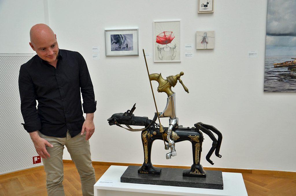 Rob van Berlo bekijkt Don Quichot van Kees Juffermans (foto auteur)