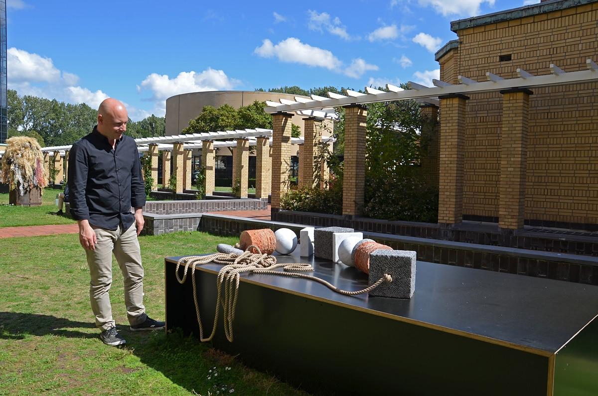 Rob van Berlo bekijkt Collier voor een plataan van Janine Melai (foto auteur)