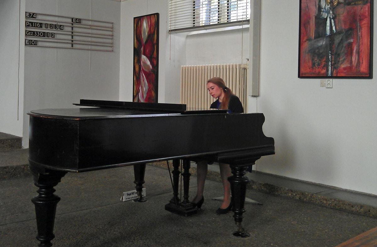 Claudette Verhulst in de Houtrustkerk (foto auteur)