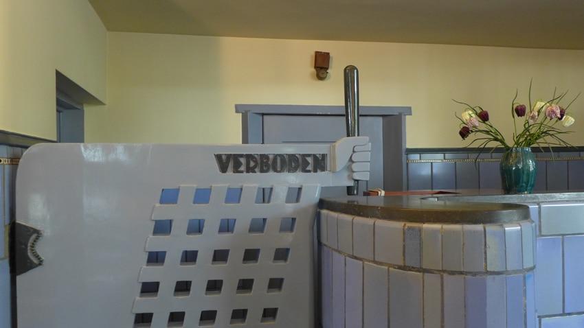 Architect Michel de Klerk verwerkte graag humoristische details in zijn bouwwerken, zoals hier bij de afscheiding van de sorteerruimte van het postkantoor.