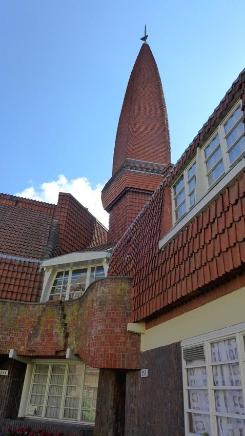 De markante toren is een pronkstuk van Het Schip en een een soort signatuur van De Klerk.