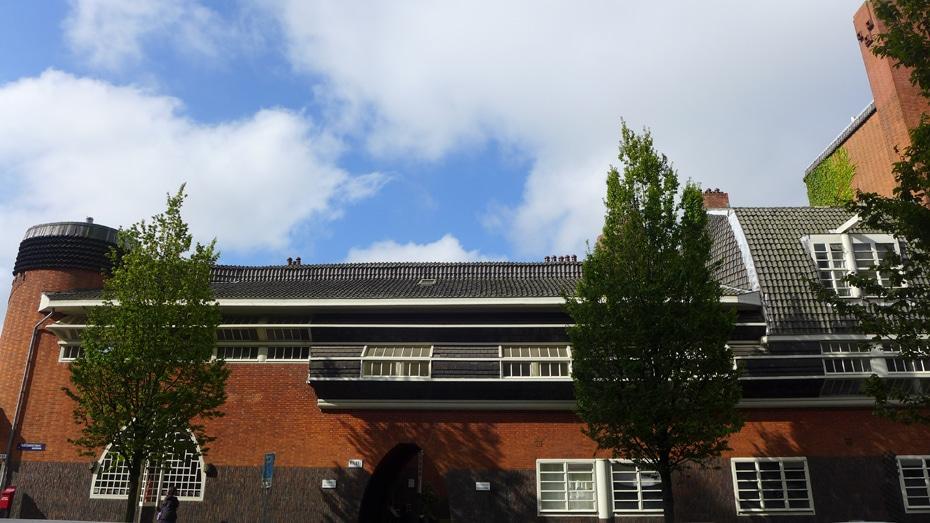 De zijkant van het gebouw roept associaties op met een schip