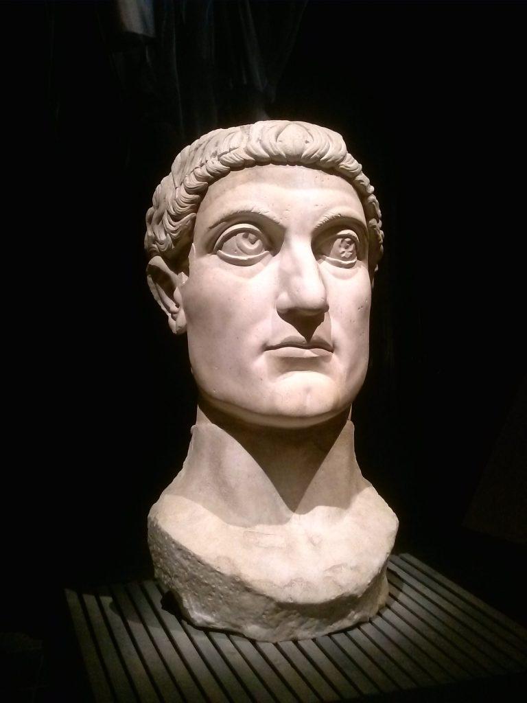 Kopie van de kop van een kolossaal beeld van Constantijn.