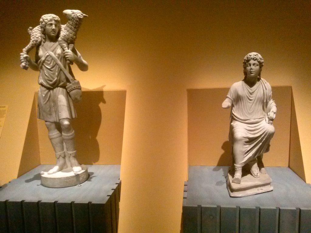 Beeld van een schaapdrager/de Goede Herder (links). Rome, begin 4de eeuw. Musei Vaticani. En rechts: Beeld van een leraar/Lerende Christus. Rome, late 4de eeuw. Museo Nazionale Romano.