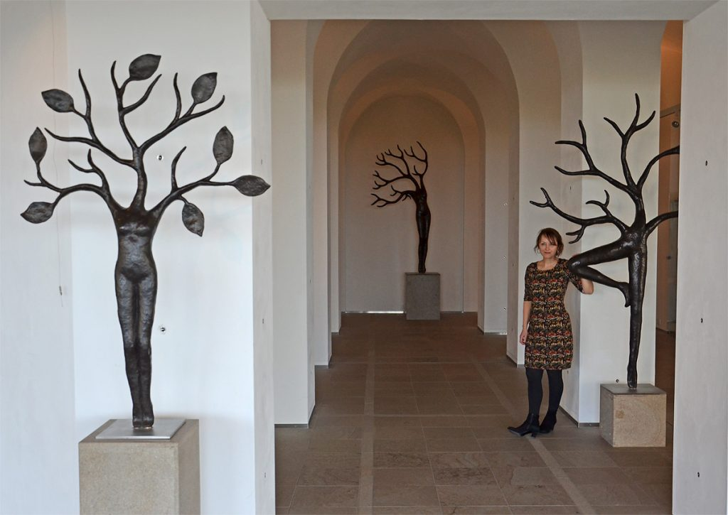 Iris Le Rütte op haar tentoonstelling 'Schaduwplaats' met drie Daphnes (foto auteur)