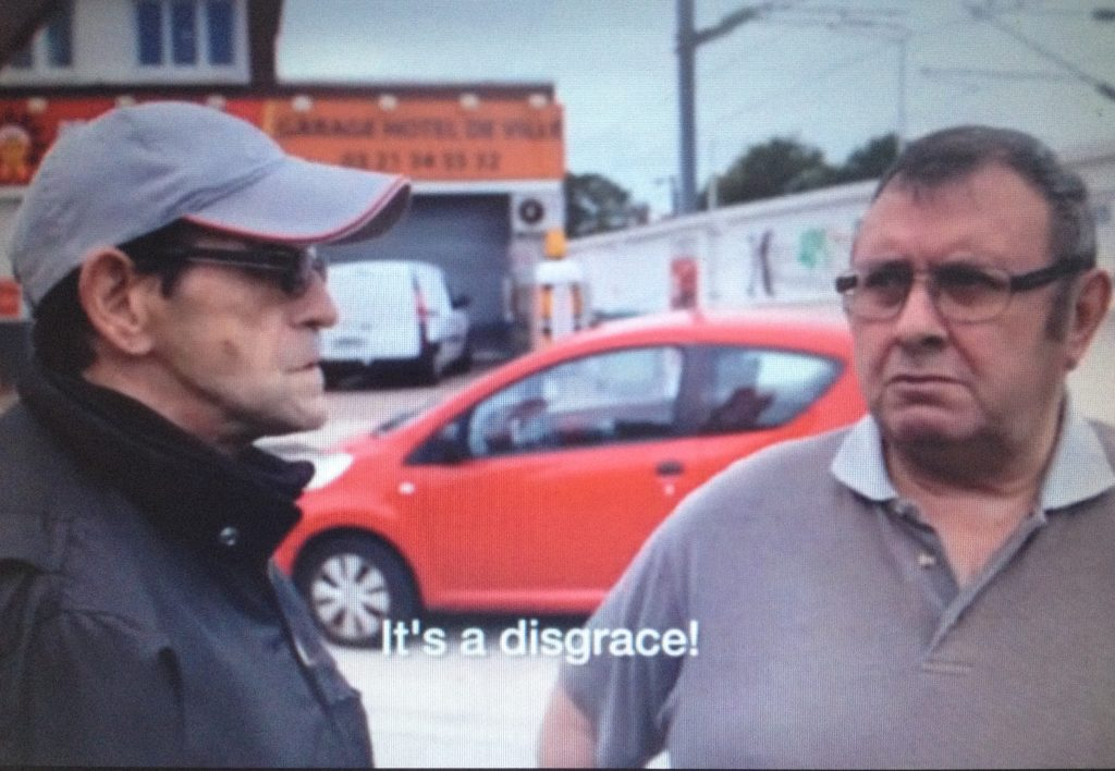 Inwoners van Calais zijn not amused over het tentenkamp van de azielzoekers. Videostill uit Welcome To The Jungle (2015)