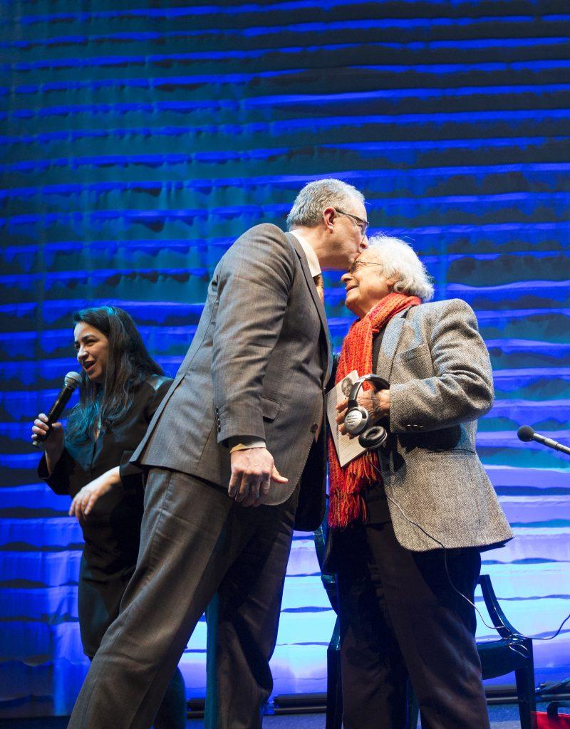 Burgemeester Aboutaleb geeft dichter Adonis een kus op zijn hoofd. ©Serge Ligtenberg