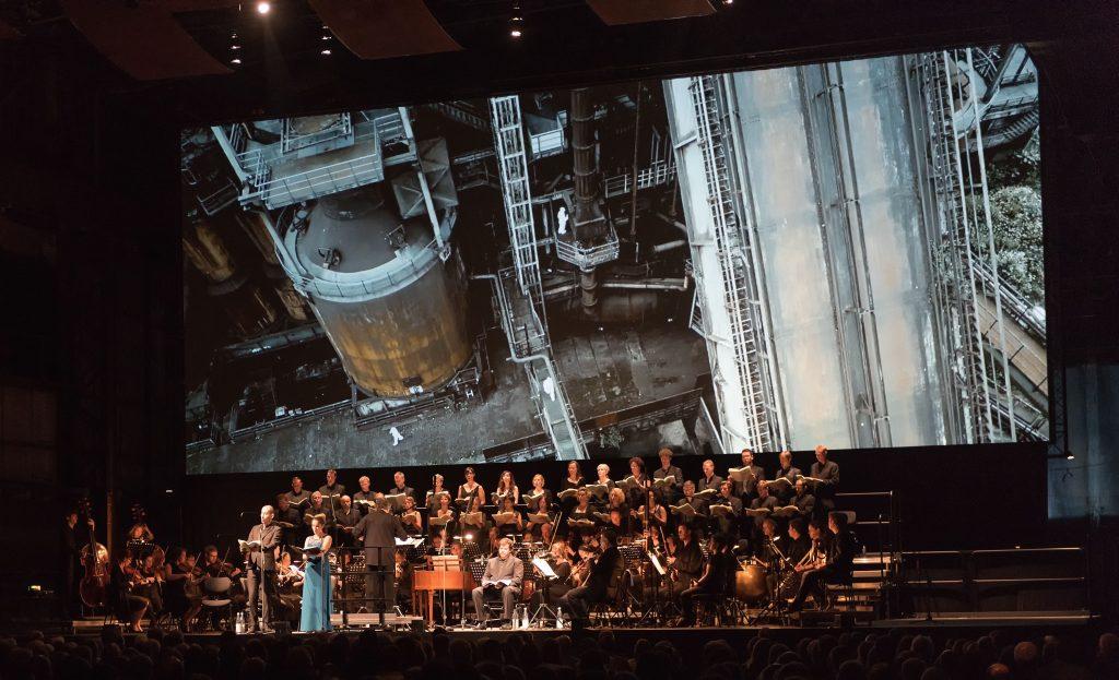 "Concertinstallatie "" Die Schöpfung "" (Haydn), Collegium Vocale Gent en barokorkest B'Rock met film van Julian Rosefeldt. Foto copyright Wonge Bergmann Ruhrtriennale 2015"