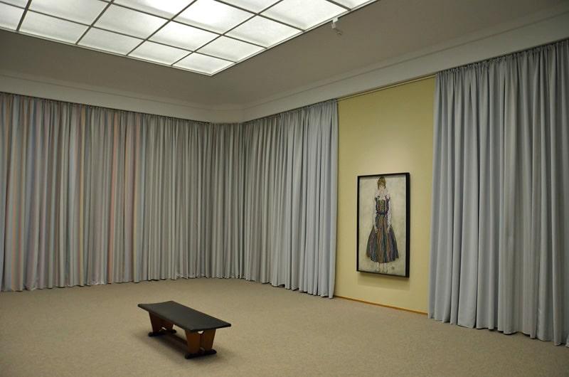 Edith in zaal met gordijnen, foto auteur