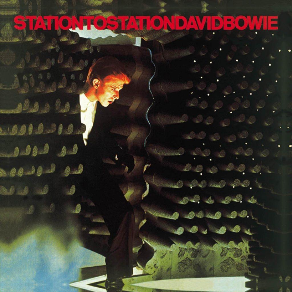 OP de cover van het album Station to Station van david Bowie zien we hem terwijl hij een geluidsdichte ruimte binnen gaat. Dit element keert terug in het decor van The Encounter van Simon McBurney