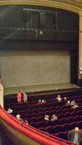 De toneelopening van de Schouwburg, voorafgaand aan Die Stunde da, Duidelijk is de zwarte band te zien, bovenop het parket van de oorspronkleijke vloer, die nu dus een halve meter opgehoogd is. (foto: wijbrand schaap