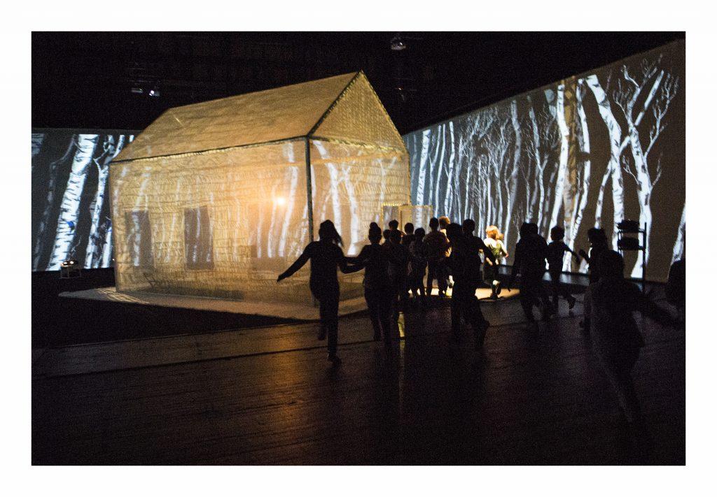 scenefoto's van de instalatie 'Mijn huis, de rest van de wereld en daarbuiten', van Judith Nab. Er werd ook een boek bij gemaakt.