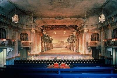 Baroktheater met volledig op de zaal gerichte loges waar de notabelen zich lieten bekijken tijdens de voorstelling