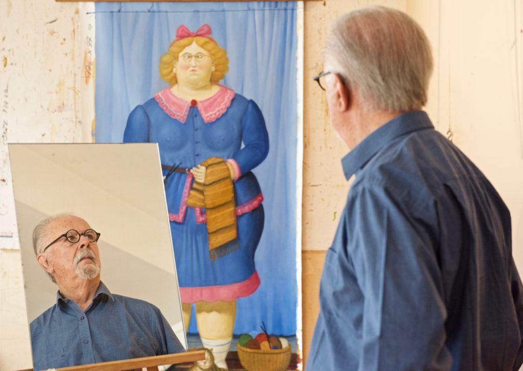 Botero gebruikt spiegels om te zien wat er nog veranderd moet worden aan het schilderij. ©Marc Brester/AQM