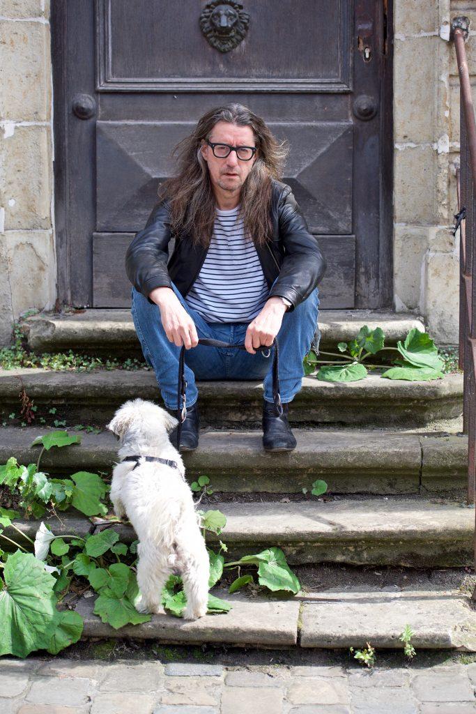 Herman Brusselmans met hond Eddie, personage in veel van zijn boeken. ©Marc Brester/AQM