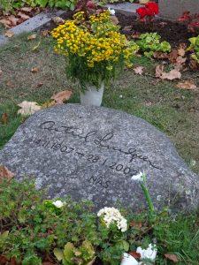 Het graf van Astrid Lindgren, bij haar ouders, op het kerkhof van Vimmerby. ©AQM