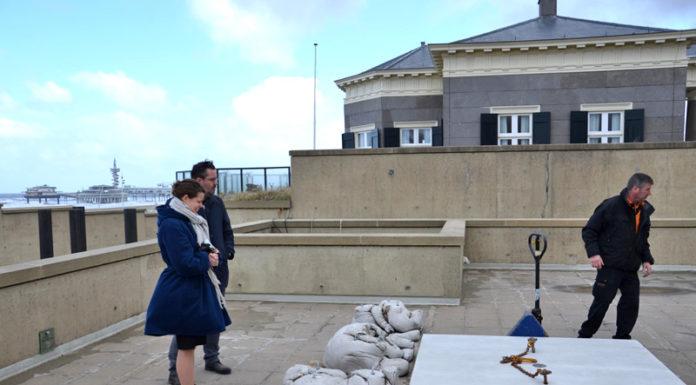 Catinka Kersten en Dick van Broekhuizen kijken toe bij de plaatsing (foto auteur)