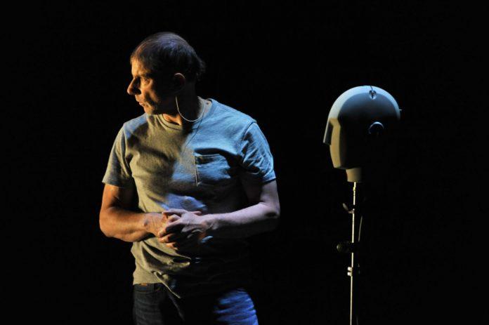 Scenefoto uit The Encounter van Complicité/Simon McBurney. Foto: Robbie Jack.
