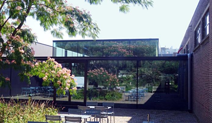 Nieuwe vleugel Museum De Pont Tilburg vanuit de tuin.