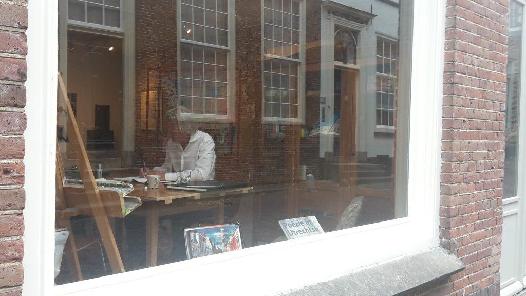 Jeroen van Merwijk achter het raam van Kunstruimte Kuub in Utrecht. Foto: Wijbrand Schaap