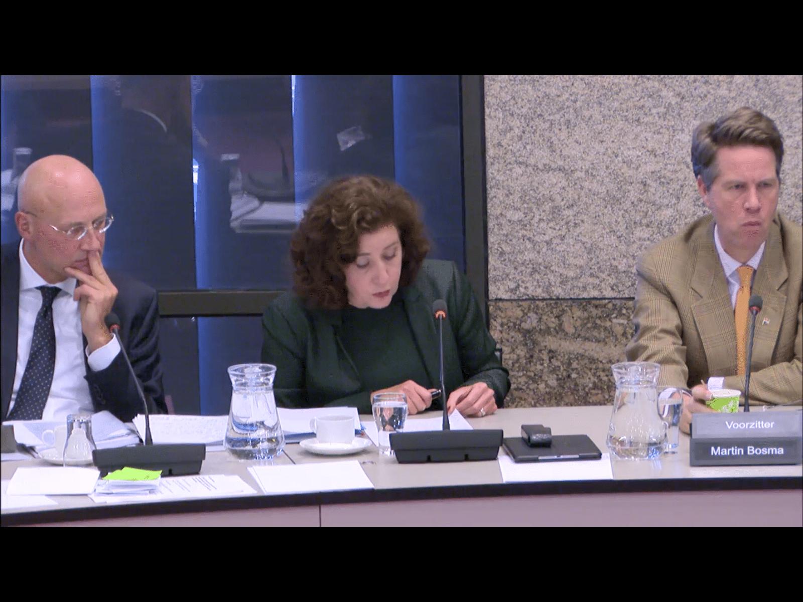 Minister Ingid van Engelshoven (midden) superieur in eerste cultuurdebat (Foto: screenshot livestream Tweede Kamer)
